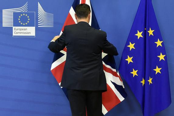 FOTOS DO DIA (Um funcionário ajusta uma bandeira do sindicato do Reino Unido em um mastro ao lado de uma bandeira da União Européia antes da chegada do primeiro-ministro da Grã-Bretanha para um encontro-chave com os chefes da UE para fechar um acordo sobre os termos de divórcio de Brexit, na Europa Comissão em Bruxelas. Foto: AFP PHOTO / JOHN THYS.)