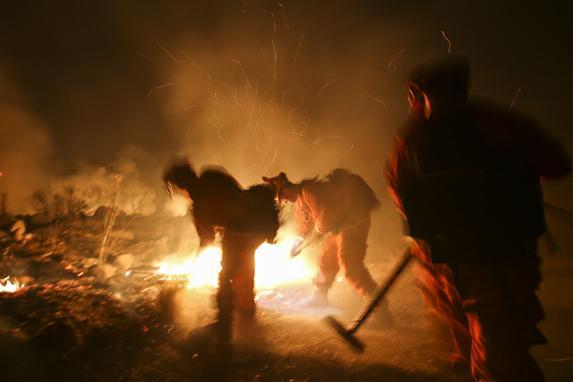 FOTOS DO DIA (Bombeiros combatem um incêndio em Santa Paula, Califórnia. Foto: AFP PHOTO / RINGO CHIU)