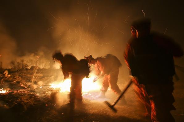 Bombeiros combatem um incêndio em Santa Paula, Califórnia. Foto: AFP PHOTO / RINGO CHIU -