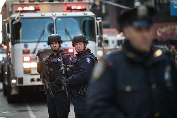 FOTOS DO DIA (Homem detona bomba de fabricação artesanal em  túnel do metrô perto da Times Square na manhã desta segunda-feira (11), ferindo três pessoas, em mais um atentado em Nova York. Foto: Drew Angerer/Getty Images/AFP)