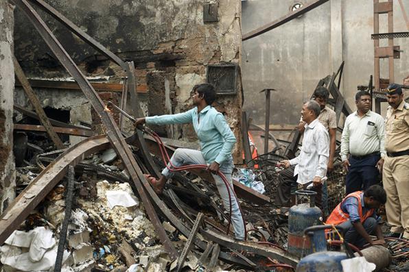 Fogo toma conta de loja na cidade indiana de Mumbai, provocando queda de edifício e mata 12 trabalhadores. Foto: AFP PHOTO / PUNIT PARANJPE  -
