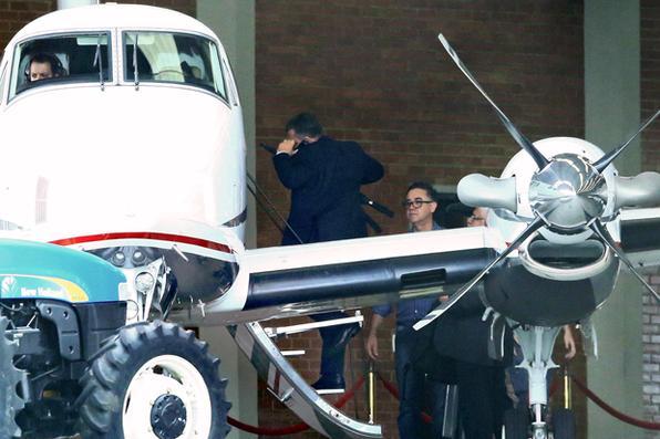 Marcelo Odebrecht,preso por crimes de corrupção, entra em  aeronave com seus advogados no aeroporto Bacacheri, em Curitiba, depois de ser libertado da prisão para iniciar  prisão domiciliar em sua luxuosa casa em São Paulo. Foto:  AFP PHOTO / Heuler Andrey -