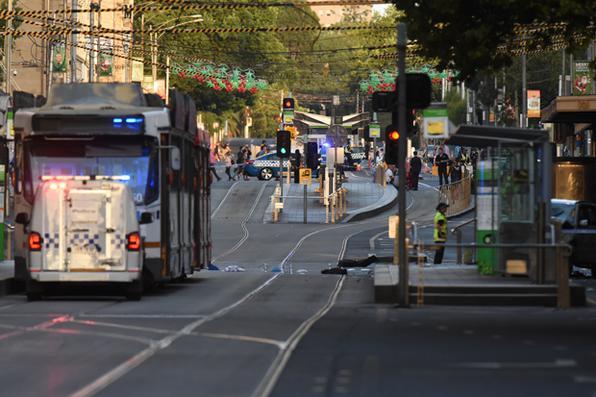 O carro entrou em uma multidão na segunda maior cidade da Austrália, que deixou mais de uma dúzia de pessoas feridas, algumas delas seriamente. Foto: AFP PHOTO / Mal Fairclough. -