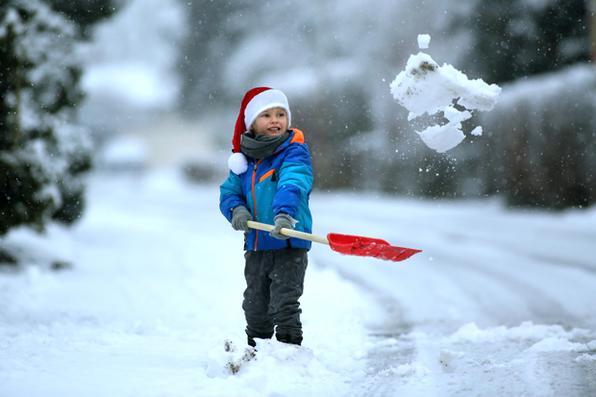 Criança brinca com  neve em Riedlingen, sul da Alemanha. Foto: AFP PHOTO / dpa / Thomas Warnack / Alemanha OUT -