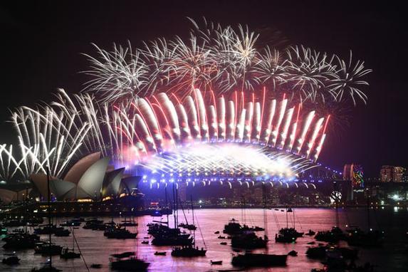 FOTOS DO DIA (Fogos de artifício acendem o céu sobre a Casa da Ópera e Ponte do Porto durante as celebrações de Ano Novo em Sydney. Foto: AFP PHOTO / SAEED KHAN.)