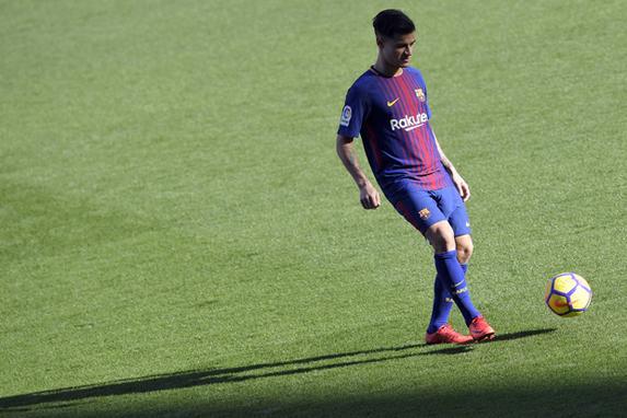 FOTOS DO DIA (O novo meio-campista brasileiro Philippe Coutinho durante sua apresentação oficial no FC Barcelona. Foto:AFP PHOTO / LLUIS GENE.)