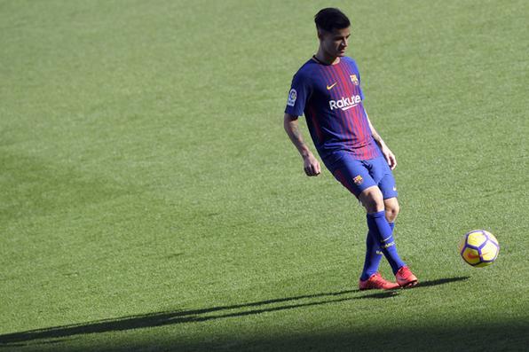 O novo meio-campista brasileiro Philippe Coutinho durante sua apresentação oficial no FC Barcelona. Foto:AFP PHOTO / LLUIS GENE. -