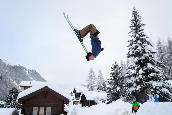 Adolescente Luc leva um backflip em esquis no pequeno resort de Zinal, Alpes suíços, depois que a estrada de acesso que foi cortada pela nevasca pesada foi reaberta. Foto: AFP PHOTO / Fabrice COFFRINI. -