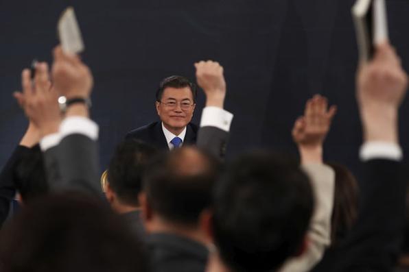 O presidente da Coreia do Sul Moon Jae-in responde pergutnas de jornalistas durante uma conferência de Ano Novo na Casa Azul, em Seul. Foto: KIM HONG-JI/AFP. -
