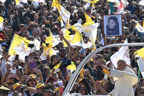 O Papa Francisco acena quando ele chega no popemobile para dar uma missa ao ar livre no Parque O'Higgins, em Santiago. Foto: AFP PHOTO / Vincenzo PINTO. -