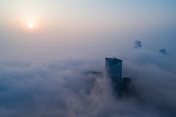 Os arranha-céus são vistos envoltos em nevoeiro em Hefei, na província de Anhui, no leste da China. Foto: AFP PHOTO / China OUT. -