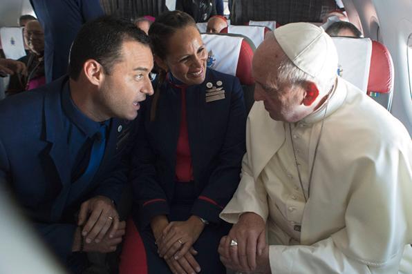 Papa Francisco faz casamento de comissários de bordo durante voo no Chile. Foto: HO/AFP. -
