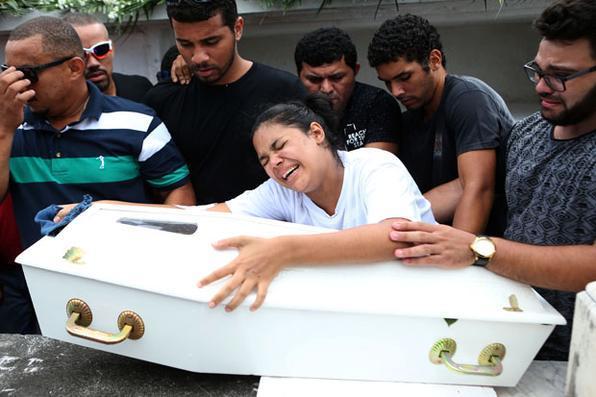 Darlan Rocha de Azevedo (camiseta preta), de 27 anos, e Niedja da Silva Araújo, de 23   anos, choram sobre o caixão de sua filha, a bebê de 8 meses Maria Louise Araújo Azevedo, durante enterro  realizado hoje no Cemitério São João Batista, em Botafogo, na zona sul do Rio de Janeiro. Maria Louise morreu após ter sido atropelada no calçadão da  Praia de Copacabana, altura da Rua Figueiredo de Magalhães, na noite de quinta-feira (18), por um carro desgovernado que atingiu outras 16 pessoas.  WILTON JUNIOR/ESTADÃO CONTEÚDO - WILTON JUNIOR/ESTADÃO CONTEÚDO