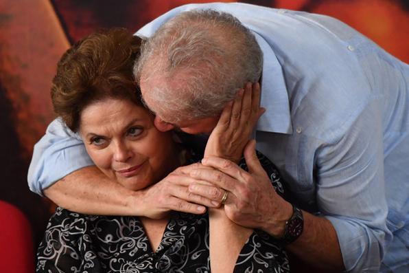 O ex-presidente Lula e ex-presidente Dilma Rousseff são vistos no lançamento da candidatura de Lula à presidência da repúblca na sede da CUT em São Paulo. Foto: NELSON ALMEIDA/AFP. -