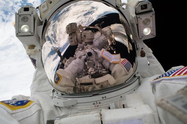 Mark Vande Hei tirou sua própria fotografia durante a primeira caminhada espacial de 2018. Essas imagens de céu alto são mais conhecidas como ''selfie espacial''.Foto Mark Vande Hei/NASA. -