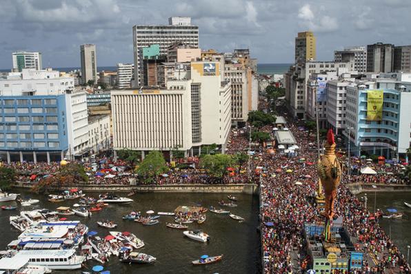 Galo da Madrugada, maior bloco carnavalesco do mundo, comemora 40 anos arrastando multidão no Recife. Foto: Paulo Paiva/DP. -