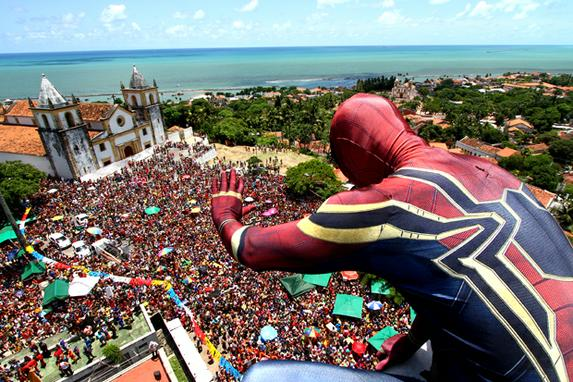 FOTOS DO DIA (Super-heróis invadem ladeiras de Olinda no segundo dia de Carnaval. Foto: Peu Ricardo/DP)