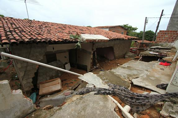 FOTOS DO DIA (Tubulação da Compesa estoura em Jardim Atlântico, Olinda. Duas casas foram interditadas pela defesa civil.  Foto: Marlon Diego/Esp. DP )