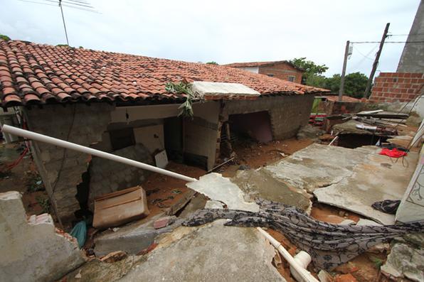 Tubulação da Compesa estoura em Jardim Atlântico, Olinda. Duas casas foram interditadas pela defesa civil.  Foto: Marlon Diego/Esp. DP  -