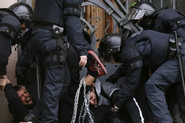 Protesto convocado pelos ''Comitês em defesa da República'' para bloquear o TSJC (Tribunal Superior de Justiça da Catalunha) em Barcelona. Foto:  AFP FOTO / PAU BARRENA -
