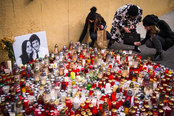 Líderes europeus expressaram seu choque pelo assassinato do jornalista eslovaco Jan Kuciak, de 27 anos, que investigava casos de fraude fiscal na Eslováquia, membro da União Europeia e da zona do euro.  Foto: AFP PHOTO / VLADIMIR SIMICEK -