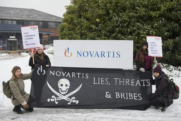 Protesto fora do escritório da Novartis em Farnborough, Reino Unido. Parte de um dia de ação internacional que exige que o gigante farmacêutico suiço pare de bloquear o acesso a medicamentos que salvam vidas em todo o mundo. Foto: David Mirzoeff / Global Justice Now -