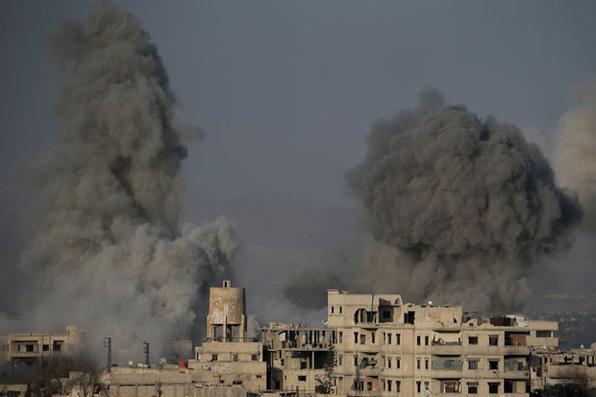 As ondas de fumaça seguem bombardeios do governo sírio na cidade sitiada de Hamouria, sitiada, na região oriental de Ghouta, nos arredores da capital, Damasco. Foto: AFP PHOTO / ABDULMONAM EASSA. -