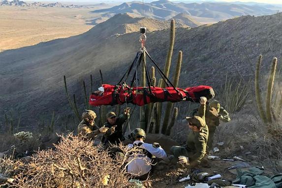 FOTOS DO DIA (Agentes do setor de Tucson resgatam  homem ferido que caiu de penhasco em TUCSON, Arizona. Foto: Alfândega dos EUA e proteção de fronteira/Fotos Públicas)