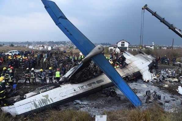 Equipes de resgate trabalham após avião cair no aeroporto de Katmandu, no Nepal, com 71 pessoas a bordo. Foto: PRAKASH MATHEMA/ AFP. -