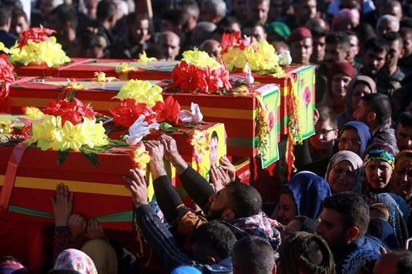 Os curdos sírios se despediram dos combatentes das Unidades de Proteção do Povo (YPG) durante o funeral na cidade de Qamishli, no nordeste, após serem mortos em combate no enclave fronteiriço da Síria contra Turquia. / AFP PHOTO / Delil souleiman -  AFP PHOTO / Delil souleiman