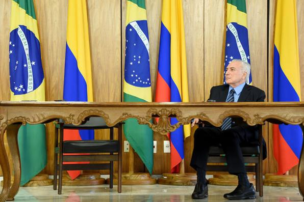 O Presidente do Brasil, Michel Temer, ouve seu colega colombiano, Juan Manuel Santos, durante uma cerimônia de assinatura de contratos no Palácio do Planalto, em Brasília. Foto: PHOTO / EVARISTO SA. -