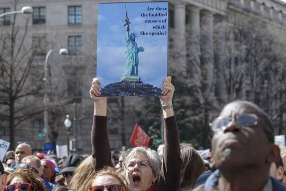 FOTOS DO DIA (Americanos vão às ruas por leis mais rígidas para o controle de armas nos Estados Unidos. Foto: ALEX EDELMAN/AFP.)