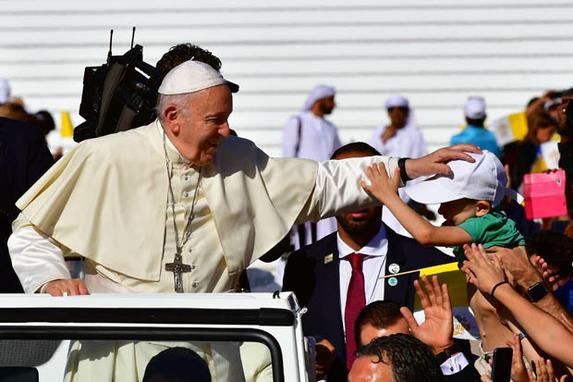 FOTOS DO DIA  (O papa Francisco abençoa uma criança ao chegar para liderar a missa para cerca de 170.000 católicos no estádio Zayed Sports City, em 5 de fevereiro de 2019. Foto: Giuseppe CACACE / AFP.)