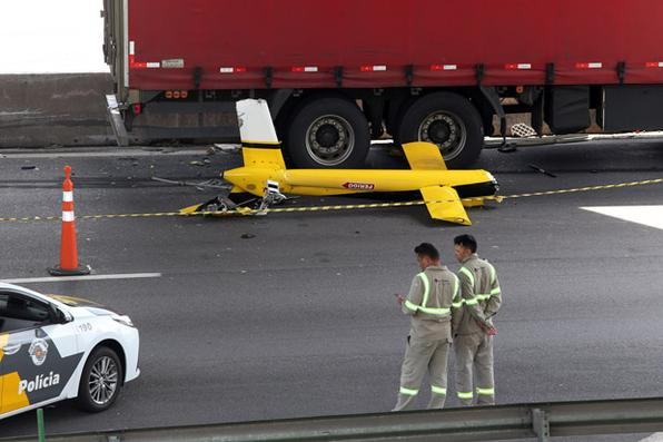 Local do acidente com o helicóptero que transportava o jornalista Ricardo Boechat, de 66   anos, que morreu na queda da aeronave no quilômetro 7 do Rodoanel, próximo ao acesso à   Rodovia Anhanguera, próximo a chegada a São Paulo, no início da tarde desta segunda-   feira, 11. A aeronave caiu em cima de um caminhão. Foto: JF DIORIO/ESTADÃO CONTEÚDO -
