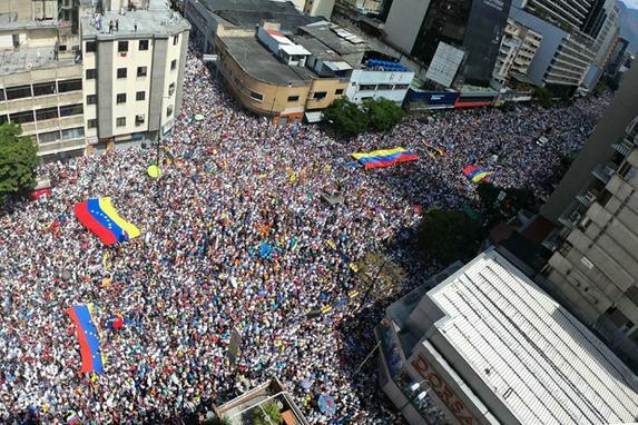 FOTOS DO DIA  (Visão panorâmica de partidários do líder da oposição venezuelana e auto-declarado presidente em exercício Juan Guaido durante uma manifestação para pressionar os militares a deixarem a ajuda humanitária dos EUA, no leste de Caracas. Foto: Yuri CORTEZ / AFP. )