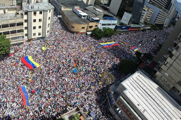 Visão panorâmica de partidários do líder da oposição venezuelana e auto-declarado presidente em exercício Juan Guaido durante uma manifestação para pressionar os militares a deixarem a ajuda humanitária dos EUA, no leste de Caracas. Foto: Yuri CORTEZ / AFP.  -