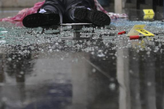 FOTOS DO DIA  (Vigilante morre após investida criminosa contra carro-forte no Pina, na cidade do Recife - Foto: Peu Ricardo/DP Foto.)