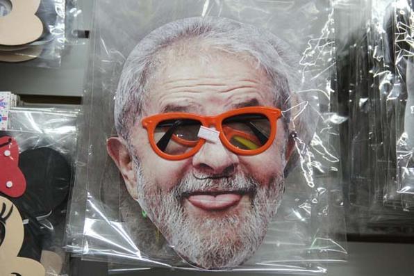 Máscaras com rosto de personalidades e políticos são as mais procuradas para carnaval 2019, em comércios na região da Rua 25 de Março, em São Paulo (SP), nesta sexta-feira (15). Foto: HENRIQUE BARRETO/FUTURA PRESS/ESTADÃO CONTEÚDO. -