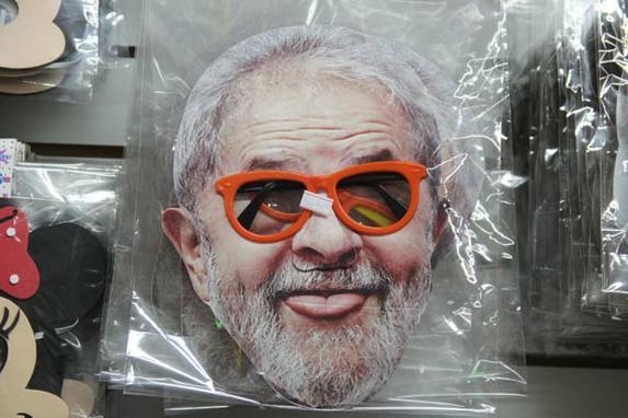 FOTOS DO DIA  (Máscaras com rosto de personalidades e políticos são as mais procuradas para carnaval 2019, em comércios na região da Rua 25 de Março, em São Paulo (SP), nesta sexta-feira (15). Foto: HENRIQUE BARRETO/FUTURA PRESS/ESTADÃO CONTEÚDO.)