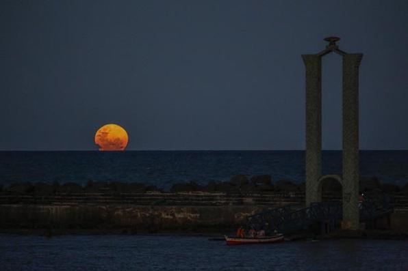 Imagens do fenômeno da Super Lua vista pelo bairro do Recife Antigo e no observatório do Alto da Sé, em Olinda, nesta terça (19). Fotos: Paulo Paiva /DP FOTO. -