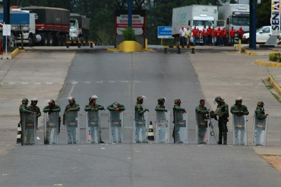 FOTOS DO DIA  (Guarda Nacional Venezuelana bloqueia a fronteira da Venezuela com o Brasil na cidade de Pacaraima (RR), nesta sexta-feira (22). Foto: EDMAR BARROS/FUTURA PRESS/ESTADÃO CONTEÚDO.)