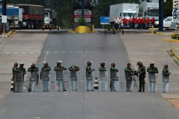 Guarda Nacional Venezuelana bloqueia a fronteira da Venezuela com o Brasil na cidade de Pacaraima (RR), nesta sexta-feira (22). Foto: EDMAR BARROS/FUTURA PRESS/ESTADÃO CONTEÚDO. -