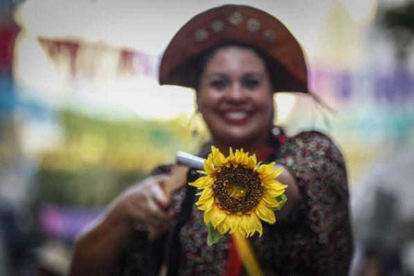 Mulher é vista fantasiada de Maria Bonita durante semana pre carnaval no bairro do Recife Antigo, neste domingo (24). Foto: Paulo Paiva / DP FOTO. -