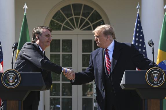FOTOS DO DIA  (O presidente dos EUA, Donald Trump, aperta a mão do presidente do Brasil, Jair Bolsonaro, durante uma coletiva de imprensa conjunta no Rose Garden, na Casa Branca, em 19 de março de 2019, em Washington, DC. Foto: Jim WATSON / AFP.)