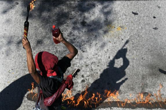 FOTOS DO DIA  (Um manifestante se une a estudantes universitários, sindicalistas e membros de organizações sociais que se manifestam em San Salvador, em 20 de março de 2019, contra um projeto de lei em debate no Congresso que poderia permitir a privatização dos serviços de água. (Foto de MARVIN RECINOS / AFP))