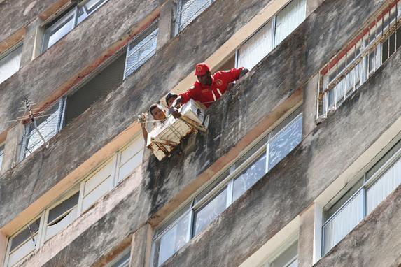 FOTOS DA SEMANA (Março 18-22) (Moradores do Edifícil Holiday em Boa Viagem são vistos durante a desocupação nesta quarta - feira (20), em Recife. Foto: Gabriel Melo / Esp. DP FOTO.)