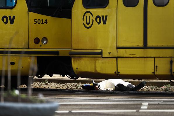 Forças Policiais Especiais inspecionam um bonde na 24 Oktoberplace em Utrecht, em 18 de março de 2019, onde ocorreu um tiroteio. - Um atirador abriu fogo em um bonde na cidade holandesa de Utrecht. Foto: Ricardo Smit / ANP / AFP) / Holanda SAÍDA / COLHEITA ALTERNATIVA. -