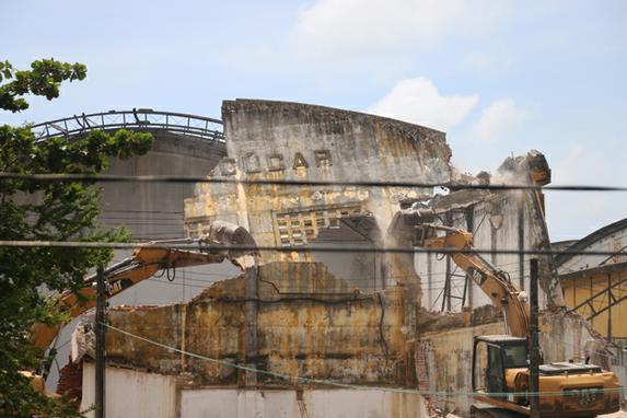 FOTOS DO DIA  (Momento da demolição do armazém de Açucar no Cais Estelita, nesta segunda - feira (25). Foto: Gabriel Melo / Esp. DP FOTO.)