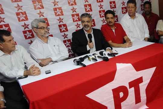 Humberto Costa durante a  primeira entrevista como pr�-candidato a prefeito do Recife. (Helder Tavares/DP/D.A Press)