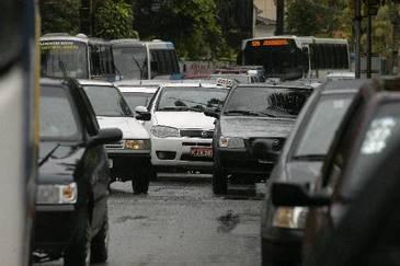 Engarrafamento e chuva são dois dos grandes complicadores considerados pelos comerciantes da RMR (Alcione Ferreira/DP/D.A Press)